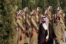 Саудовский наследный принц, министр обороны Мохаммед бин Салман (второй справа в центре) осматривает почетный караул бедуинов по прибытию на встречу с королем Иордании Абдуллой в Аммане 2 августа 2015 года. Саудовская Аравия объявила во вторник о создании состоящей из 34 стран исламской военной коалиции для борьбы с терроризмом, говорится в совместном заявлении, опубликованном государственным агентством SPA. REUTERS/Muhammad Hamed