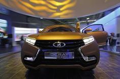 Концепт Lada XRAY на автосалоне в Москве 6 сентября 2012 года. Принадлежащий глобальному автоконцерну флагман отечественного автопрома Автоваз, пообещавший противостоять кризису и увеличивать рыночную долю за счет расширения модельного ряда, выпустил во вторник в Тольятти вторую за год новую модель Lada Xray. REUTERS/Maxim Shemetov