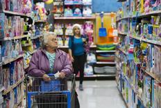 Les prix à la consommation sont restés stables aux Etats-Unis en novembre mais l'inflation dite de base a progressé pour le troisième mois consécutif, ce qui donne à la Réserve fédérale un argument de plus pour relever mercredi ses taux d'intérêt pour la première fois depuis près de 10 ans. /Photo prise le 11 novembre 2015/REUTERS/Lucas Jackson