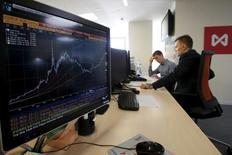 Трейдеры в зале Московской биржи 24 августы 2015 года. Российские фондовые индексы продемонстрировали во вторник наиболее заметное внутридневное повышение в этом месяце на фоне роста стоимости рискованных активов на глобальных площадках. REUTERS/Sergei Karpukhin