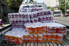 Una camioneta cargada con papel higiénico de marcas de la forestal CMPC en Santiago, nov 10, 2015. La forestal chilena Empresas CMPC, en medio de un escándalo por colusión en el mercado local de derivados del papel, aseguró el martes que una investigación por el mismo tipo de ílicito en Perú no tendría impacto significativo en las finanzas de la compañía.  REUTERS/Ivan Alvarado
