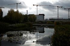 Le secteur du bâtiment en France devrait connaître un léger rebond l'an prochain, pour la première fois depuis quatre ans, grâce à la demande en logements neufs induite par l'élargissement du prêt à taux zéro, aux taux d'intérêt bas et à l'amélioration du moral des ménages. /Photo d'archives/REUTERS/Benoît Tessier