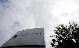 Le groupe pharmaceutique canadien Valeant Pharmaceuticals International prévoit une hausse de 30% de son bénéfice en 2016 et une croissance à deux chiffres de ses ventes. /Photo d'archives/REUTERS/Christinne Muschi