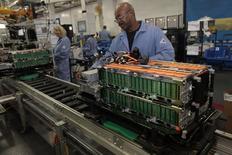 La production industrielle américaine a reculé de 0,6% en novembre, sa plus forte baisse depuis trois ans et demi, sous le coup du secteur de l'énergie. /Photo d'archives/REUTERS/Rebecca Cook