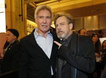 """Los actores Harrison Ford y Mark Hamill a su llegada al estreno de la película """"El despertar de la Fuerza"""", en Hollywood, dic 14, 2015. En la nueva entrega de la franquicia """"La Guerra de las Galaxias"""", que llega a los cines esta semana, la ausencia de Luke Skywalker en la campaña de marketing de """"El despertar de la Fuerza"""" fue objeto de mucha especulación. Y con una buena razón: Luke Skywalker ha desaparecido.    REUTERS/Mario Anzuoni"""