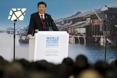 El presidente de China, Xi Jinping, habla durante la ceremonia de apertura de la segunda Conferencia Mundial de Internet, en Wuzhen, China, 16 de diciembre de 2015. El Presidente de China, Xi Jinping, expuso su visión de Internet el miércoles, pidiendo el respeto para los diferentes modelos de gobernanza y una seguridad en línea estandarizada, colocando a su país al frente de los debates sobre el control y la soberanía en línea. REUTERS/Aly Song