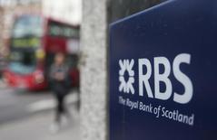 Un cartel de una sucursal del Royal Bank of Scotland (RBS), en el centro de Londres, 20 de mayo de 2015. Royal Bank of Scotland (RBS) podría descartar los planes de sacar a bolsa su negocio Williams & Glyn después de que estos activos atrajeran posibles compradores interesados en participar en la recuperación del sector bancario británico. REUTERS/Neil Hall