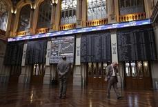El Ibex-35 cerró el miércoles sin tendencia clara en una jornada de transición a la espera de que la Reserva Federal anuncie esta tarde un cambio de rumbo de su política monetaria y suba los tipos de interés por primera vez en casi una década. En la imagen de archivo, pantallas electrónicas en la Bolsa de Madrid. REUTERS/Andrea Comas