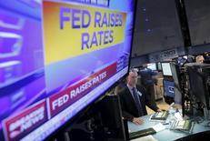 Трейдеры на торгах Нью-Йоркской фондовой биржи 16 декабря 2015 года. Американские акции выросли в среду после того, как Федеральная резервная система США объявила о повышении ключевой процентной ставки, впервые за почти десять лет, что указывает на уверенность регулятора в экономике США. REUTERS/Lucas Jackson