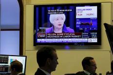 Трейдеры на торгах Нью-Йоркской фондовой биржи 16 декабря 2015 года. Федеральная резервная система США повысила процентные ставки впервые за почти что десятилетие, дав понять, что американская экономика в значительной степени преодолела последствия финансового кризиса 2007-2009 годов. REUTERS/Lucas Jackson