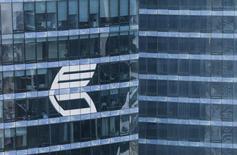 Логотип ВТБ на небоскребе в Москве 17 августа 2015 года. ВТБ и China Construction Bank Corp договорились о взаимодействии в области поставки и торговли драгоценных металлов, в частности золота, сообщил российский банк в четверг. REUTERS/Maxim Shemetov