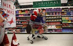 Les ventes au détail en Grande-Bretagne ont fait un bond en avant au mois de novembre, les ménages ayant effectué plus d'achats de Noël que prévu, preuve d'une consommation vigoureuse qui devrait soutenir l'économie dans son ensemble jusqu'à la fin de l'année. /Photo prise le3 décembre 2015/REUTERS/Neil Hall
