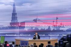 Президент России Владимир Путин на ежегодной пресс-конференции в Москве. 17 декабря 2015 года. Владимир Путин сказал, что хочет развивать отношения с США и готов работать с любым президентом, которого выберут американские граждане. REUTERS/Maxim Zmeyev