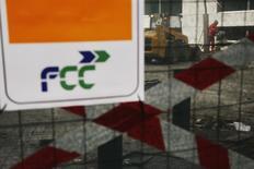 El consejo de administración de FCC aprobó el jueves un aumento de capital de 709,5 millones de euros, dijo la compañía, en una operación que podría despejar el camino para que el magnate mexicano Carlos Slim se haga con el control del grupo. En la imagen se ve un logotipo de FCC en una obras en Madrid el 2 de marzo de 2015. REUTERS/Susana Vera