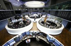 Les principales Bourses européennes ont ouvert vendredi en recul dans le sillage de Wall Street et des marchés asiatiques, repartis à la baisse après avoir d'abord salué le premier resserrement monétaire intervenu aux Etats-Unis depuis près de 10 ans. Le CAC 40 parisien perd 0,61% peu après l'ouverture et le DAX à Francfort cède 0,63%.  /Photo prise le 17 décembre 2015/REUTERS/Ralph Orlowski