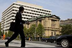 Un hombre camina cerca del edificio del Banco de Japón, en Tokio, 30 de octubre de 2015. El Banco de Japón mantuvo su ritmo actual de impresión de dinero el viernes, pero reorganizó su programa de estímulo a fin de avanzar los planes del primer ministro Shinzo Abe para instar a las empresas reticentes a elevar los salarios y la inversión. REUTERS/Thomas Peter/Files