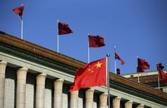Una bandera de China flameando frente al Gran Salón del Pueblo en Pekín, oct 29, 2015. Los principales líderes de China iniciaron una reunión anual para delinear planes económicos y reformas para el 2016, reportaron medios estatales el viernes.  REUTERS/Jason Lee