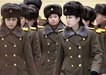 Membros da Banda Moranbong, da Coreia do Norte, após desembarque no aeroporto de Pequim.  12/12/2015  REUTERS/Kyodo