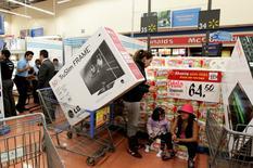 Unas personas realizando compras en un supermercado de la cadena WalMart en Ciudad de México, nov 17, 2011. El consumo privado en México ganó ritmo entre julio y septiembre al crecer un 0.8 por ciento frente al trimestre inmediato anterior, dijo el viernes el instituto nacional de estadísticas, INEGI.    REUTERS/Henry Romero