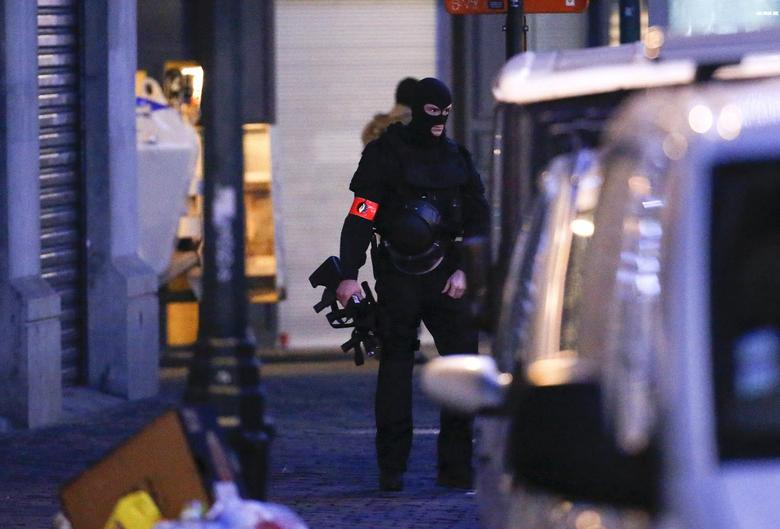 A Belgian special forces police officer patrols a street during a police raid in central Brussels, Belgium, December 20, 2015, which, according to Belgian media, is in connection with last month's deadly Paris attack.   REUTERS/Yves Herman