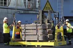 Unos trabajadores ordenando un cargamento de cobre listo para ser exportado a Asia en Valparaíso, Chile, ene 25, 2015. El precio del cobre tocó el lunes un máximo en cinco semanas ante señales de que los suministros podrían disminuir, aunque las preocupaciones de que el ritmo de crecimiento económico en  China seguirá débil el próximo año mantuvieron limitadas las ganancias.  REUTERS/Rodrigo Garrido