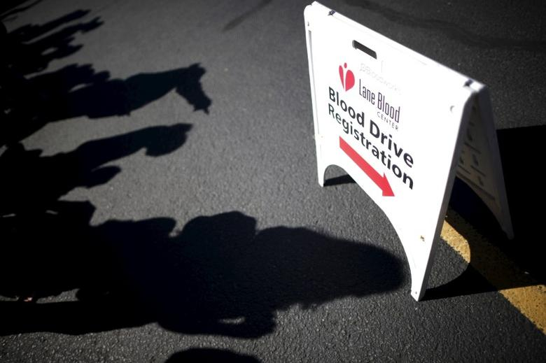 People line up to give blood at a mobile donation station set up following the shooting at Umpqua Community College in Roseburg, Oregon, United States, October 2, 2015.  REUTERS/Lucy Nicholson - RTS2T3L