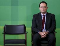 Le nouveau ministre brésilien des Finances, Nelson Barbosa (à droite), s'est engagé lundi à poursuivre les programmes d'austérité mais cela n'a pas convaincu les marchés, qui craignent qu'il ne s'écarte de la trajectoire d'ajustement budgétaire fixée par son prédécesseur. /Photo prise le 21 décembre 2015/REUTERS/Ueslei Marcelino