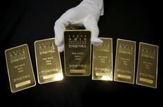 Слитки золота в здании Korea Gold Exchange в Сеуле 31 июля 2015 года. Цены на золото растут при поддержке спада доллара, но их рост тормозят цены на нефть и неуверенность в планах ФРС относительно дальнейшего повышения процентных ставок. REUTERS/Kim Hong-Ji