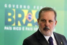 El ministro de Comercio de Brasil, Armando Monteiro, durante una conferencia de prensa en el Palacio Planalto, en Brasilia, 1 de diciembre de 2014. Brasil registraría un superávit comercial de entre 30.000 millones y 35.000 millones de dólares en el 2016, según una estimación del ministro de Comercio del país, Armando Monteiro.  REUTERS/Ueslei Marcelino