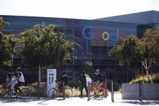 Google, développe une nouvelle application mobile de messagerie pour mieux rivaliser avec les services concurrents tels que ceux proposés par Facebook. /Photo prise le 13 novembre 2015REUTERS/Stephen Lam