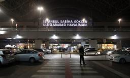 Вход в здание стамбульского аэропорта Сабиха Гёкчен. 7 февраля 2014 года. В результате взрыва в аэропорту Стамбула Сабиха Гёкчен пострадали два сотрудника службы уборки в самолёте. REUTERS/Osman Orsal