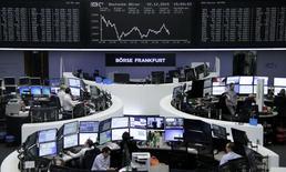Operadores trabajando en la Bolsa de Fráncfort, Alemania, 22 de diciembre de 2015. Las bolsas europeas subían el miércoles, impulsadas por los avances en el castigado sector minero, que se recuperaba gracias a una mejora de los precios del cobre. REUTERS/Staff/Remote