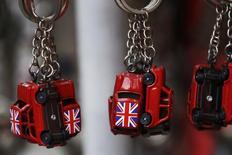 Banderas brit¡nicas en unos llaveros en una tienda de recuerdos en Londres, el 17 de diciembre de 2015. La economía británica creció menos de lo que se esperaba en parte de 2015, según los datos oficiales que probablmente sorprendan al Banco de Inglaterra mientras sopesa subir los tipos de interés. REUTERS/Luke MacGregor