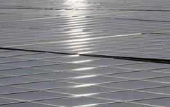 T-Solar, el negocio de renovables del grupo de construcción e ingeniería español Isolux Corsán, dijo el miércoles que ha alargado hasta finales de 2034 el vencimiento de un préstamo sindicado por 503 millones de euros.  Imagen de archivo de un parque fotovoltaico de Cestas al suroeste de Francia, tomada el 1 de diciembre de 2015. REUTERS/Regis Duvignau