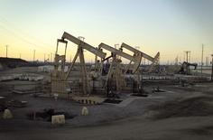 Unidades de bombeo extraen petróleo desde el campo Wilmington Field, donde opera la compañía Tidelands Oil Producción Company, cerca de Long Beach, California, 30 de julio de 2013. Los precios del petróleo repuntaban el miércoles tras un inesperado descenso en las existencias de crudo en Estados Unidos aunque se mantenían cerca de mínimos de 11 años debido a que los suministros permanecen elevados y la OPEP redujo la perspectiva para la demanda de sus exportaciones. REUTERS/David McNew