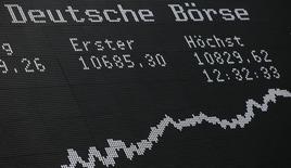 Un monitor con información bursátil en la bolsa alemana de Fráncfort, dic 17, 2015. Las acciones europeas subieron con fuerza el miércoles, impulsadas por los avances en los títulos de firmas relacionadas a las materias primas por el alza de los precios de los metales y del petróleo.   REUTERS/Ralph Orlowski