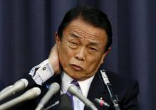 Le ministre japonais des Finances, Taro Aso. Le gouvernement japonais a approuvé jeudi un projet de budget pour l'année fiscale 2016-2017 qui prévoit des dépenses record financées par un rebond attendu de la croissance et des recettes fiscales et vise à soutenir la timide reprise économique. /Photo prise le 24 décembre 2015/REUTERS/Issei Kato