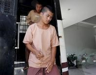 Мигранты-мьянманцы Зав Лина и Вин Зав Тун у здания суда на острове Самуй, Таиланд 22 июля 2015 года. Суд Таиланда приговорил двух рабочих-мигрантов из Мьянмы к смертной казни в четверг за убийство двух британских туристов в 2014 году, закрыв полное противоречий дело.  REUTERS/Chaiwat Subprasom