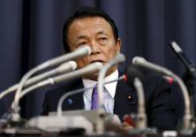 El gabinete del primer ministro japonés, Shinzo Abe, aprobó el jueves un presupuesto fiscal récord para 2016 que depende de un mayor crecimiento y mejores ingresos fiscales para lograr su objetivo de reactivar la economía y frenar la carga de deuda más abultada del mundo. En la imagen, el ministro japonés de Finanzas, Taro Aso, ofrece una rueda  de prensa en el Ministerio de Finanzas en Tokio el 24 de diciembre de 2015. REUTERS/Issei Kato