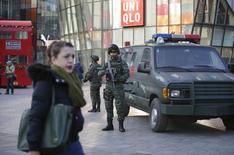 Сотрудники спецподразделения полиции в районе Саньлитунь в Пекине 24 декабря 2015 года. Власти по меньшей мере четырех западных государств в четверг предупредили граждан об угрозах, вероятных в одном из самых популярных деловых и развлекательных районов Пекина во время Рождества. Китайская столица обещает усилить полицейские патрули. REUTERS/Jason Lee