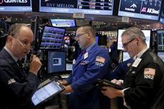 Operadores trabajando en la bolsa de Wall Street en Nueva York, dic 22, 2015. Las acciones en la bolsa de Nueva York operaban estables el  jueves en una sesión bursátil reducida por la víspera de Navidad, a pesar de un descenso de los títulos energéticos.  REUTERS/Lucas Jackson