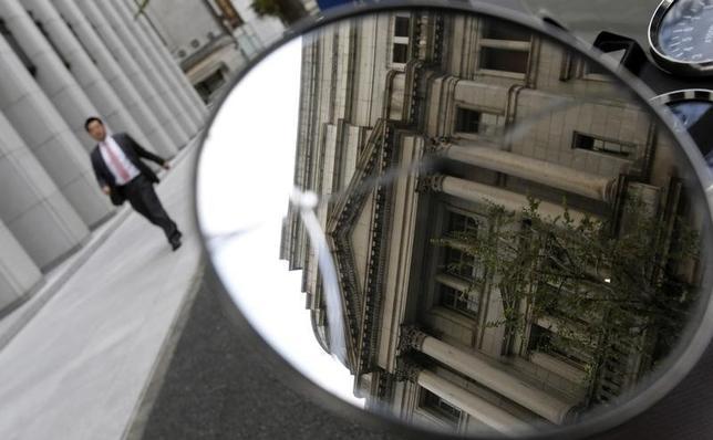 12月22日、米FRBが利上げ局面に入った今、他の主要国の中央銀行としても、「特例措置」への情熱が冷めていることに気づいているのかもしれない。写真は鏡に映る日銀本店。都内で2012年11月撮影(2015年 ロイター/Toru Hanai)