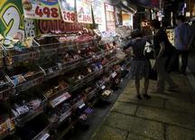 Магазин в Токио. 27 августа 2015 года. Базовые потребительские цены в Японии выросли в ноябре впервые за пять месяцев, но расходы домохозяйств снизились, заставив усомниться в том, что высокое потребление поможет ускорить инфляцию до 2-процентного ориентира Банка Японии. REUTERS/Yuya Shino