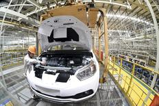 Pour le sixième mois d'affilée, les bénéfices dégagés par les entreprises industrielles en Chine ont baissé de 1,4% sur un an en novembre. La situation varie selon les secteurs: dans l'automobile et l'électricité, les bénéfices sont en très forte hausse (de 35% et 51%). Le secteur minier, frappé par la baisse des cours, est pour sa part à la traîne, avec des bénéfices en chute de 56,5% sur les onze premiers mois de l'année par rapport à la même période de l'année dernière. /Photo prise le 12 novembre 2015/REUTERS