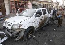Органы правопорядка Афганистана изучают место взрыва смертника в Кабуле.  По меньшей мере один человек погиб и 13 получили ранения в результате взрыва бомбы подрывником-смертником на дороге рядом со школой, расположенной недалеко от аэропорта Кабула, сообщили в понедельник чиновники.REUTERS/Omar Sobhani