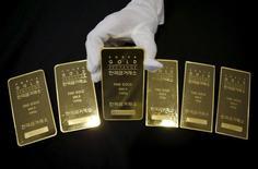 Слитки золота на золотой бирже в Сеуле. Цены на золото снижаются вслед за котировками нефти при небольшой ликвидности рынка в предпраздничную неделю. REUTERS/Kim Hong-Ji