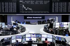 Operadores trabajando en la Bolsa de Fráncfort, Alemania, 28 de diciembre de 2015. Las acciones europeas caían el lunes en su primer día de cotizaciones desde un receso por Navidad, con los inversores renuentes a apostar fuerte ante un bajo volumen de negocios de fin de año. REUTERS/Staff/Remote