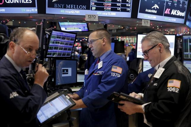 Traders work on the floor of the New York Stock Exchange (NYSE) in New York, December 22, 2015. REUTERS/Lucas Jackson