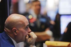 Трейдеры на фондовой бирже в Нью-Йорке. 28 декабря 2015 года. Уолл-стрит открыла последнюю неделю торгов 2015 года в красной зоне из-за бумаг энергетического сектора, так как цены на нефть продолжили снижаться в связи с избыточным предложением. REUTERS/Lucas Jackson