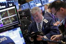 Operadores trabajando en la Bolsa de Nueva York, 28 de diciembre de 2015. Los precios de los bonos del Tesoro estadounidense se negociaban mayormente estables el lunes durante una sesión con bajo volumen de operaciones, mientras los rendimientos de la deuda a dos años subían a máximos de cinco años y medio de cara a una subasta de 26.000 millones de dólares prevista para más tarde en el día. REUTERS/Lucas Jackson